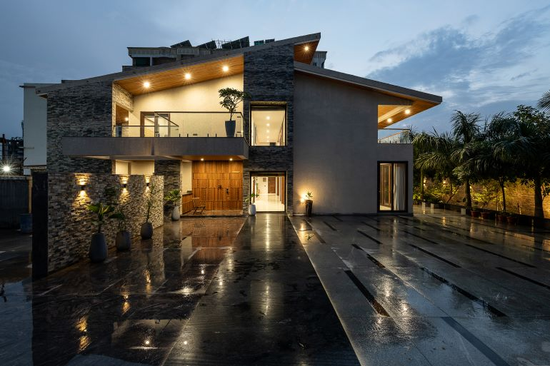 The 6-bedroom bungalow in Nagpur is surrounded by greenery, many of which are local species.
