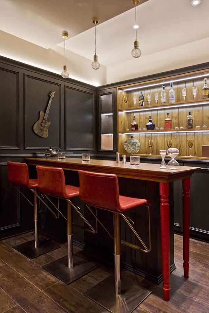 A classy in black bar unit.