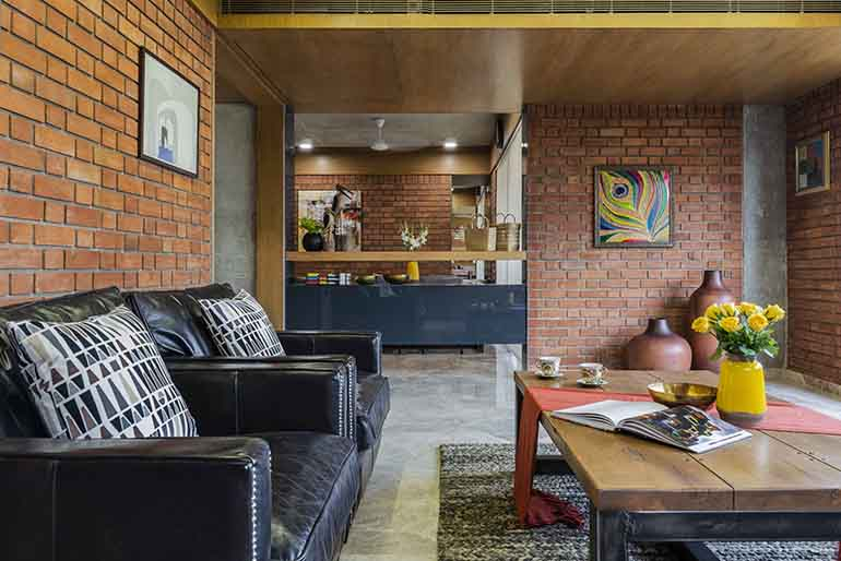 The brick wall gives so much character to the space that even a bare wall shines through.
